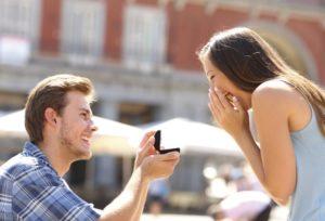 プロポーズで指輪を渡す瞬間